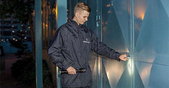 Ein Mitarbeiter des Piepenbrock Werk- und Objektschutzes überprüft eine Tür bei einem Kunden (Abbildung: Piepenbrock)