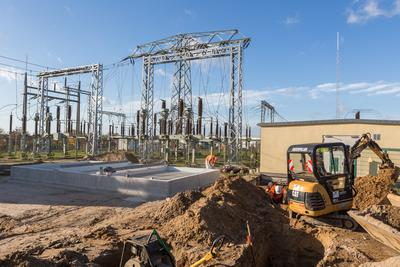 Im Umspannwerk Lübz läuft derzeit auch die Montage des Fundamentes für den neuen Transformator / Foto: WEMAG/Rudolph-Kramer