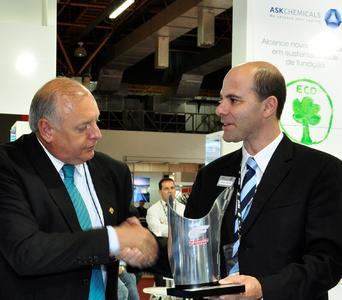 Mr. Devanir Brichesi, President of ABIFA presenting the ABIFA Award to Mr. Renato Carvalho, Managing Director of ASK Chemicals do Brasil