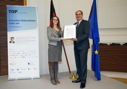 Lisa Schulz, Global Process Manager bei HARTING, nahm den Preis Uwe Beckmeyer, Parlamentarischer Staatssekretär beim Bundesminister für Wirtschaft und Energie, entgegen