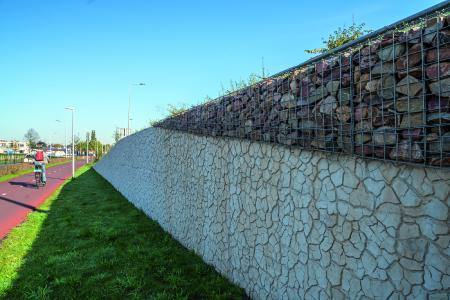Das Abbild einer getrockneten und gerissenen Lehm-fläche ist auf einer Stützmauer im niederländischen Velsen zu sehen. Realisiert mit der neuen NOEplast Struktur Santpoort (Foto: NOE-Schaltechnik, Süssen)
