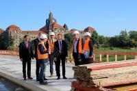 Mit Blick auf die Staatskanzlei: Ministerpräsident Michael Kretschmer besucht die Baustelle auf der Caralobrücke und trifft für Gespräche mit der Geschäftsführung der Hentschke Bau GmbH zusammen