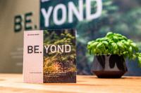 Präsentation der BE.YOND-Möbelplatte (Bild: SWISS KRONO | Foto: Philipp Hoffmann)