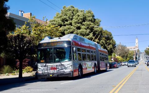 An Xcelsior XT60 IMC electric bus on service in San Francisco | © Klaus P. Canavan