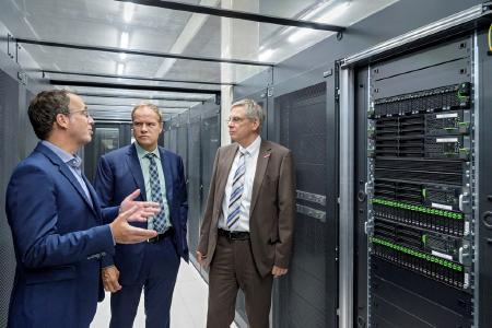 Geschäftsführer Matthias Blatz (links) führt Oberbürgermeister Prof. Dr. Eckart Würzner (Mitte) und den Leiter der Wirtschaftsförderung, Ulrich Jonas (rechts), durch das TÜViT-zertifzierte Rechenzentrum der Heidelberg iT / Foto: Philipp Rothe