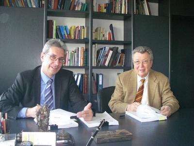 Dr. Reinhold Festge (Geschäftsführender Gesellschafter von HAVER & BOECKER) und Michael Vennebusch (Geschäftsbereichsleiter Chemie) bei der Unterzeichnung des Vertrages zur Lieferung der beiden ersten FFS-Automaten nebst Palettieranlagen für Saudi-Arabien