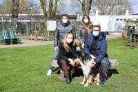 Tim Wenzel und Janina Thiele (links im Bild) vom Software-Unternehmen slashwhy übergeben eine Spende an Petra Hoop und Sven Fraaß (rechts im Bild) vom Hamburger Tierschutzverein.