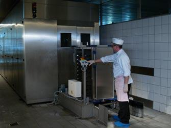 Nach ihrem Einsatz können die Tablett-Transportwagen Ice (TTW Ice) einfach im Waschtunnel gereinigt werden. Da die Flüssig-Eis-Kühlung ganz ohne integrierte Technik funktioniert, sind sie stoßunempfindlich und waschtunneltauglich.