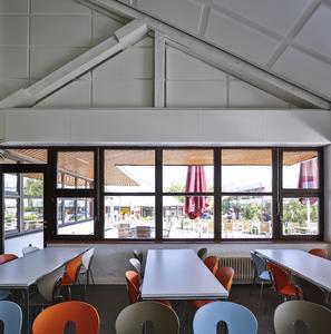Architektonisch angepasst: In die Ausfachungen der Holzbalken-Dachkonstruktion wurden Melapor-Panel geklebt. So bleibt die Architektur sichtbar – bei optimaler Schallabsorption (Foto: Caparol Farben Lacke Bautenschutz/Martin Duckek)