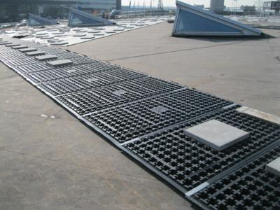 Roof penetration: Solar Base SB 200 elements are used for the subsequent installation of the solar modules and are held in place by the ballast provided by the roof substrate, Photo: ZinCo