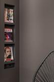 Vor dieser dunklen Wand (NCS S 7520 R) wirken die Titelseiten der Illustrierten besonders markant / Foto: Caparol Farben Lacke Bautenschutz/blitzwerk.de