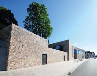 Der Neubau des Europäischen Hansemuseums in Lübeck schmiegt sich an den Burghügel an. Mit ihrem  Entwurf haben sich Andreas Heller Architects & Designers unter anderem an der ehemaligen, mittelalterlichen Stadtmauer orientiert / Foto: Richard Brink GmbH & Co. KG