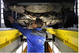 Fahrzeug-Mängel unter der Lupe: Für den TÜV Report 2012 hat TÜV SÜD über drei Millionen Hauptuntersuchungen ausgewertet. Bild: TÜV SÜD
