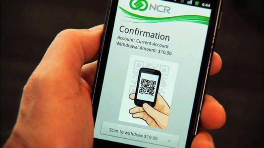 Mit der NCR Software erfolgen Auszahlungen in zwei Schritten: mobil legitimieren und Betrag auswählen, am Geldautomaten anmelden und 2D-Barcode scannen
