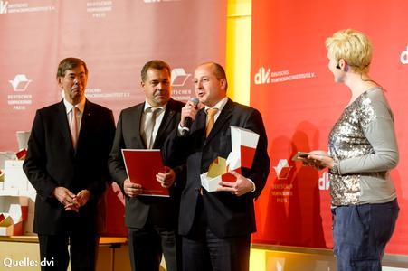 Olaf Piepenbrock (2. v. r.) und Andreas Behrens (2. v. l.) von LoeschPack nahmen den Preis stellvertretend für die Innovationsteams entgegen. (Bild: dvi)