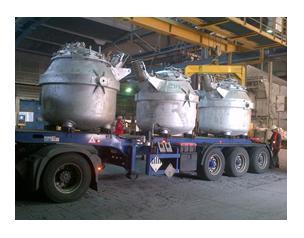 Auflieger mit Transportwarmhaltetiegeln für Flüssigaluminium und angebauter SMITH-Sensorik (in der Mitte zwischen den beiden Behältnissen) bei der Aleris Recycling GmbH / Quelle: Aleris/ISL