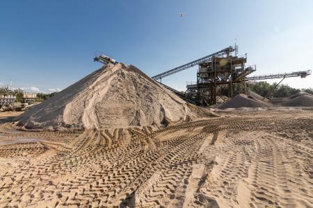Spuren im Sand. Kies, Sand, Schotter, Steine und Erden werden mit der WDV2024TEAM automatisiert disponiert.