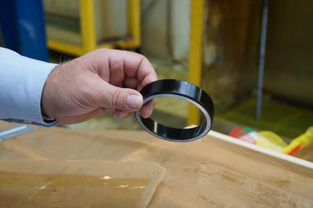 Ein Kugellagerring, der mit einer speziellen DURALLOY®-Variante schwarz beschichtet wurde.