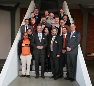 Die Delegation der Hanauer Stadtverordneten- und Magistratsversammlung und Mitarbeiter der Umicore tauschten sich bei einem Besuch am Standort Hanau-Wolfgang der Materialtechnologie-Gruppe über Technologien zur nachhaltigen Mobilität aus