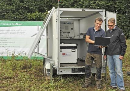 Thomas Latacz (BBB) und Reiner Ebe von den Stadtwerken Tübingen (im Hintergrund: Trailer mit LIDAR-Messgerät und Brennstoffzelle)
