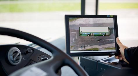 Auf dem Monitor im Cockpit sieht der Fahrer die gesamte unmittelbare Umgebung seines Fahrzeugs von oben und in 3D. Bild: MAN