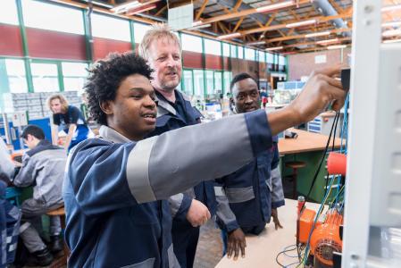 Auch dieses Jahr schafft thyssenkrupp wieder zusätzliche Ausbildungsplätze für geflüchtete junge Menschen