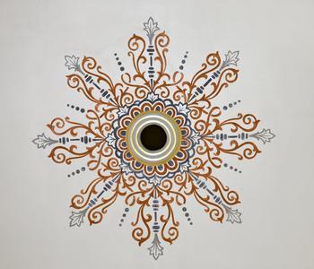 Eindrucksvolle Ornamente zieren die Decke des Chorraums, Foto: Caparol Farben Lacke Bautenschutz/Martin Duckek