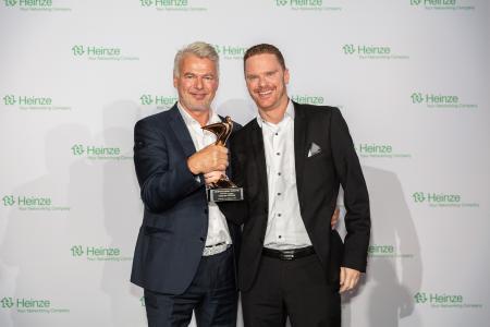 Lothar Piehl und Michael Wiegand von dormakaba nehmen den Award entgegen. Fotonachweis: Fotografie Roman Thomas