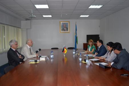 Prof. Dr. Hans-Martin Niemeier (links im Bild) und Prof. Dr. Hans-Heinrich Bass (neben ihm) im Gespräch mit Kolleginnen und Kollegen der Tashkent State University of Economics in Usbekistan