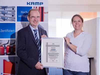 v.l.n.r: Michael Lante und Dina Knorr bei Übergabe der Bescheinigung.
