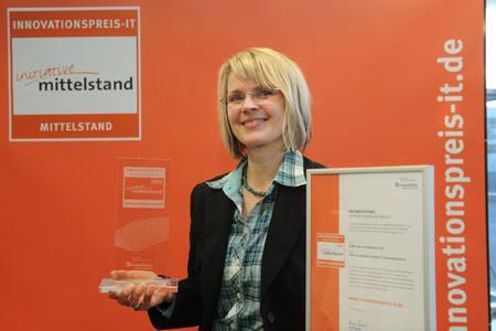 Glückliche Sieger: C4Bs Marketing Manager Katrin Ingendahl bei der Preisverleihung