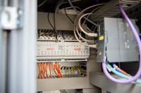 Neue AMF Funksensorik: Gateway im Schaltschrank, verbunden mit der Maschinensteuerung.