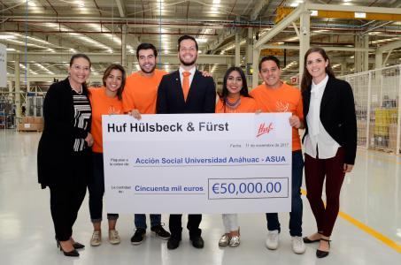 Claudia Núñez, Academic Vice President of Anáhuac University, and students are happy about the great donation of Huf Group.