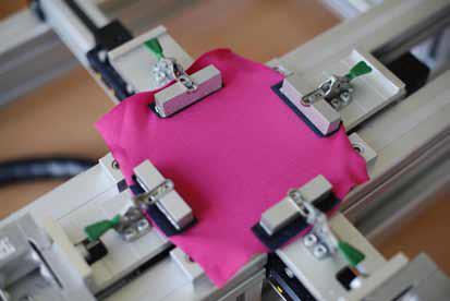 Die Textilmuster wurden hinsichtlich des UV-Schutzes gemäß UV Standard 801 analysiert, der als einzige Prüfmethode Textilien nicht nur im Neuzustand,sondern auch unter Berücksichtigung der  Gebrauchsbedingungen wie Dehnung,Befeuchtung oder Abnutzung des Textilmaterials untersucht / © Hohenstein Institute