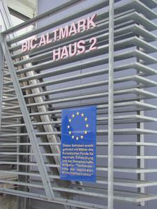 Der Europäische Fonds für regionale Entwicklung fördert, u.a. für die Verbesserung der regionalen Wirtschaftsstrukturen.