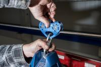Das Höhensicherungs-Gerät wird in einen Rollenläufer eingehängt.