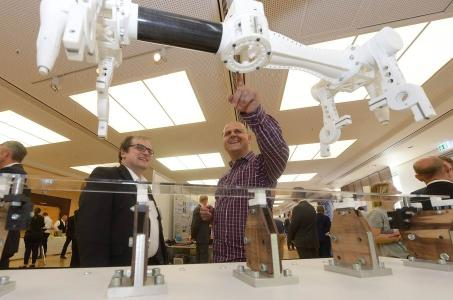 "Visitors marvel at the media-free gripper system at Schaeffler's ""Open Inspiration"" in-house fair in Herzogenaurach / Photo: Schaeffler"