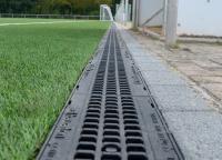 Sportfix®Clean sammelt ausgetragenes Mikroplastik am Rand von Kunstrasenbelägen und hält es dauerhaft zurück