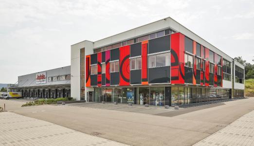 Erweiterte Farbpalette und grafische Gestaltung der Fassade rücken die Marke Jedele näher an den Zeitgeist (Foto: Caparol Farben Lacke Bautenschutz/Martin Duckek)