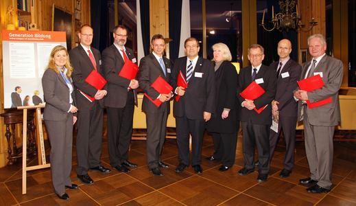 v.l.n.r.: Dr. Eva Salzer (CoE), Professor Joachim Venghaus (Stralsund), Peter Fitschen (Neubrandenburg), Dr. Michael Thamm (AIDA), Professor Wolfgang Schareck (Rostock), Cornelia Unglaube (CoE), Professor Rainer Westermann (Greifswald), Jörg Eigendorf (WELT GRUPPE), Professor Norbert Grünwald (Wismar)