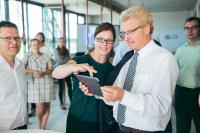 Lena Müller-Ontjes, Leiterin des MACH Innovation Hub zeigt den gemeinsam mit der Universität zu Lübeck entwickelten Augmented Reality Showcase für die Bauverwaltung – ein erster Vorgeschmack auf die weitere Zusammenarbeit im Lab