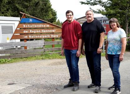 Immer im Einsatz für die Gäste: Lars Müller (v. l.), Leiter Heinz Joachim Jesse und Barbara Friedrichs vom Schullandheim Torfhaus