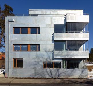 Die Holzfenster bilden einen harmonischen Kontrast zu den 3 Millimeter starken feuerverzinktem Fassadenblechen (Foto: Holger Ellgaard)