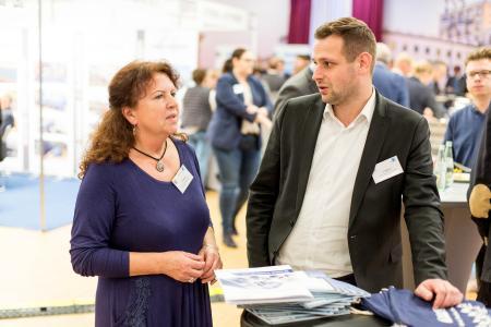 Christa  Seyffarth von der Praxis EDV erläuterte Sebastian Möllers die Digitalisierung der Lieferscheine