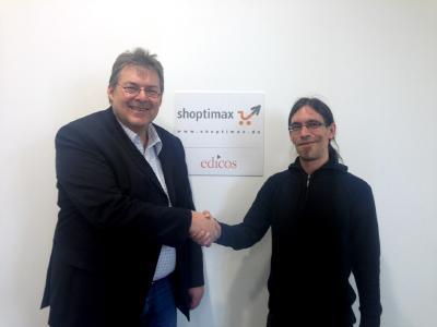 Friedrich Schreieck (links), Geschäftsführer der shoptimax GmbH, gratuliert Benjamin Koch (rechts), Software-Entwickler und Teamleiter im Bereich Entwicklung, herzlich zum erfolgreichen Abschluss seiner Fortbildung zum IHK zertifizierten IT Business Manager.
