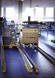 Die TORWEGGE GmbH und Co. KG hat im Lager eines großen international tätigen Logistik- und Gütertransportunternehmens eine Schwerlastrollenbahn installiert. (Foto: TORWEGGE)