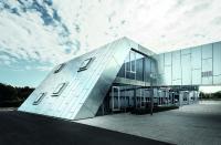 Abb. 4: Übergang zu den Bestandsgebäuden: Geschlossene Fußgängerbrücke mit stückverzinkter Fassade. (David Franck Photographie)