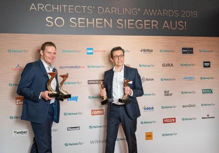 Jens Kronenberg (Leiter Objektmanagement) und Bernd Blümmers (Leiter Vertrieb Product-Sales) nahmen die begehrten Architects' Darling Awards in Empfang. Fotonachweis: Roman Thomas