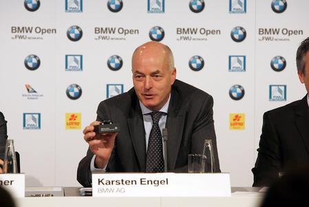 Karsten Engel, Leiter Vertrieb Deutschland der BMW Group, präsentiert Modell des Siegerfahrzeuges für den Gewinner der BMW Open 2010: BMW 325i Cabrio