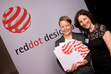Karoline Schmidt, Leiterin Product Design Processing bei Festo und Sabine Wöll, red dot GmbH & Co. KG, bei der Preisverleihung der reddot Design Awards